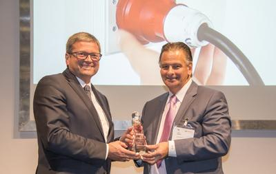 """Ausgezeichnet – SMARTFLOW 2020: Ersa Vertriebsleiter Rainer Krauss (li.) erhält von Chefredakteur Global SMT & Packaging Trevor Galbraith (re.) den Global Technology Award in der Kategorie """"Soldering Equipment""""."""
