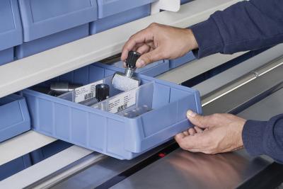 Nach Bestätigung an der Liftsteuerung befördert der Hänel Rotomat® Lagerlift das entsprechende Tablar sofort in die Entnahmestelle.