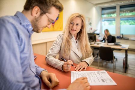 Sylvia Rußbüldt, Leiterin des Studierendenservice, und ihr Team stehe Studieninteressierten und auch Studierenden für Fragen zur Verfügung / Foto: Hochschule Flensburg/Dewanger
