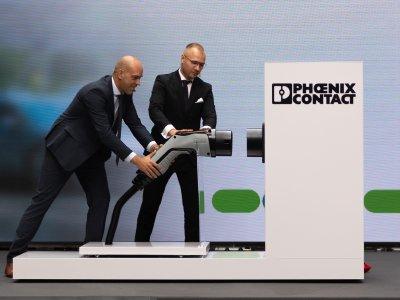 Michael Heinemann, CEO Phoenix Contact E-Mobility, und Dominik Mazur, Produktionsleiter in Rzeszów, steckten bei der Eröffnung symbolisch einen Ladestecker in die Ladedose