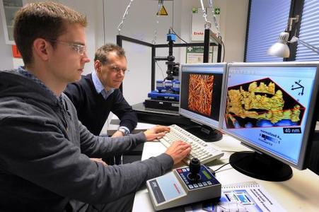 Professor Robert Magerle (rechts) bei der Arbeit mit Eike-Christian Spitzner mit JPKs NanoWizard AFM
