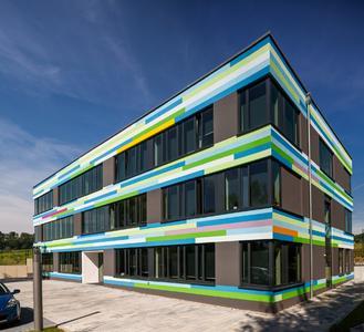 Energiegeladener kann der Auftritt kaum sein – die Fassade des IT-Neubaus begrüßt ihre Besucher mit dynamischer Farbgestaltung (Foto: Caparol Farben Lacke Bautenschutz/Blitzwerk.de)