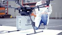 Spart Zeit und schont die Umwelt: Sobald die Transportbox mit einem patentierten Greifmechanismus an der Drohne befestigt ist, kann sie per Knopfdruck an ihren Zielort geschickt werden. Im Gegensatz zu dem normalerweise eingesetzten Auto, benötigt die Drohne nur 10 Minuten bis zu ihrem Zielort und spart so nicht nur Zeit, sondern schont auch die Umwelt