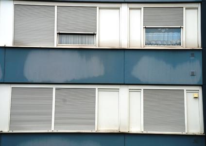 Um die Außenwände aufdämmen zu können, mussten im Bereich zahlreicher Blindfenster Holzunterkonstruktionen angebracht werden, die als Träger für formatfüllende Faserzementplatten fungieren. Tiefenunterschiede ließen sich auf diese Weise ausgleichen, so dass eine ebenmäßige Fläche als Montagebasis für das Capatect-WDVS zur Verfügung stand