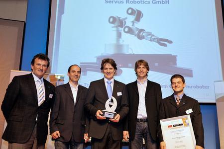 Christian Beer (mi.) und das Servus Team bei der Überreichung des Innovationspreises in München Bildquelle: Servus Robotics