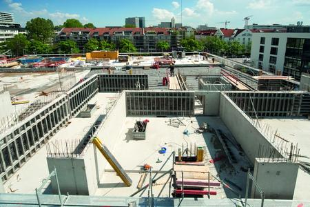 Advantage: NOEtop large panels have a formwork area of over 14 m². These panels can be used end-on or side-on without disrupting the panel grid. The tie bars can be placed anywhere in the bracing. The system can also be used as single-sided formwork. (Photo: NOE-Schaltechnik, Süssen, Germany)