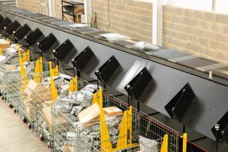 Skynet steigert Paketdurchsatz mit Quergurtsorter von Interroll