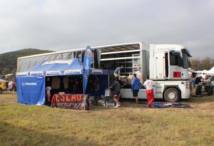Zwei R-TRUCKS Sattelzugmaschinen transportierten bei der diesjährigen Balkan-Ausgabe der Rallye Breslau das Equipment