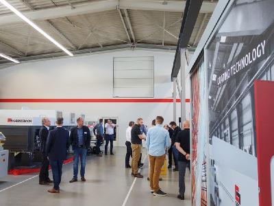 Bei den Coating Competence Days am Grenzebach-Hauptsitz in Hamlar, Bayern, unternahmen Fachbesucher aus der ganzen Welt eine zweitägige Reise in Sachen Glasbeschichtung in Gegenwart und Zukunft