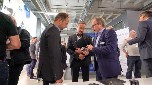 Im Versuchszentrum von MAPAL informierten sich die Teilnehmer des MAPAL Dialogs über die Neuheiten des Präzisionswerkzeugherstellers