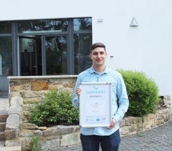 Markus Grübel, Fachkraft Qualitätsmanagement und Datenschutzbeauftragter der PRAXIS Software AG, mit dem aktuellen Zertifikat.