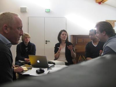 Fachgespräch in Görlitz: Schüler und Projektleiter mit GMD Mark Rohde (r.)(Foto: Münchner Schulstiftung – Ernst v. Borries )