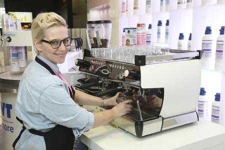 Barista-Meisterin Erna Tosberg beim Live-Brewing am Stand von BWT water+more
