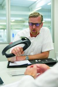 """""""Es darf nicht passieren, dass ein Anwender künftig fünf AR-Brillen vorhalten muss, weil er Maschinen von fünf verschiedenen Maschinenbauern betreibt"""", sagt Dr. Christoph Runde vom VDC Fellbach"""