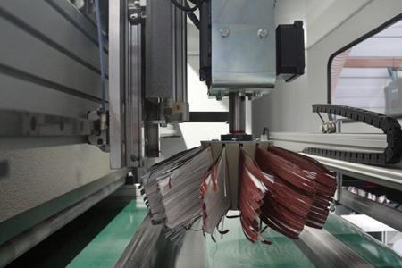 Der Schleif- und Bürstenautomat von Ecoline verfügt über unterschiedliche Bürstenanordnungen für die teileweise schwer zugänglichen Werkstückgeometrien. Bild: Remmers Baustofftechnik, Löningen