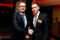 Hr. Fyall von Oliver Kinross gratuliert Hr. Einacker von Dr. Neuhaus zu den zwei Awards