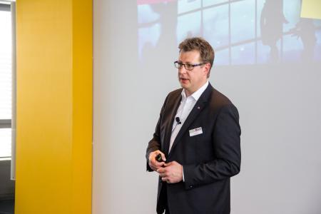 Gerd Bart, Solution Principal E-Business der Firma Sybit sprach über digitale Einsatzsze-narien im Kundenservice. Bild: Sybit