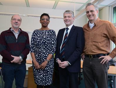 Freut sich auf ihre Lehrtätigkeit an der FH Flensburg: Prof. Dr. Jacqueline Bridge mit FH-Präsident Prof. Dr. Holger Watter (2.v.r.), dem FH-Vizepräsidenten, Prof. Dr. Martin von Schilling (rechts), sowie Dr. Hermann van Radecke über ihre Lehrtätigkeit (Foto: Gatermann)