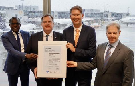 Übergabe ISO 27001-Zertifikat an Lufthansa