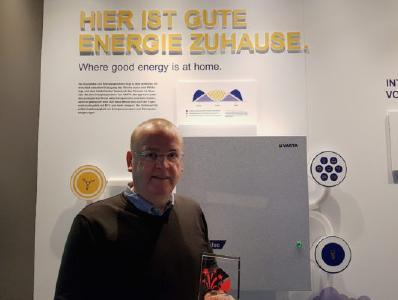 Gordon Clements, General Manager VARTA Storage, nahm den Preis im VARTA Storage Werk in Nördlingen entgegen / Bildquelle: VARTA Storage GmbH