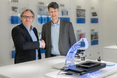 Stéphane Bussa, Vice President of Sales & Marketing, congratulates Dr. Thomas Bocher on his appointment as Head of Segment Marketing Microscopy & Life Sciences (Image: PI)