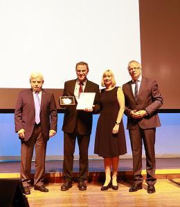 Professor Dr.-Ing. Heinrich Flegel erhält die höchste Auszeichnung im DVS, die DVS-Plakette, V. l. n. r.: stellvertr. DVS-Präsident Dipl.-Ing. Peter Boye, DVS-Präsident Professor Dr.-Ing. Heinrich Flegel, stellvertr. DVS-Präsidentin Dipl.-Betrw. Susanne Szczesny-Oßing, DVS-Hauptgeschäftsführer Dr.-Ing. Roland Boecking (Foto: DVS/martinmaier.com)