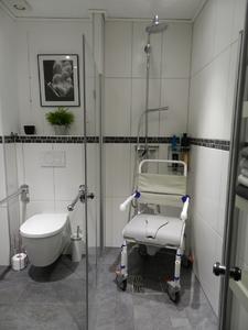 Bild 7: Einbau eines PLANCOFIX mit Nutzung eines Rollstuhles. Foto: Geerkens Bäder Wärme Solar GmbH, Rheinberg - Pentair Jung Pumpen, Steinhagen