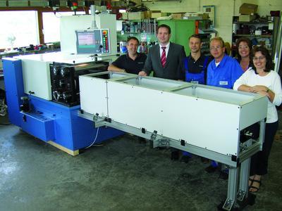 Die 500. Maschine mit dem Team von Rollwalztechnik um Geschäftsführer Arne Höltich (2. v. l.)
