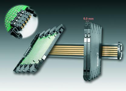 """Weidmüller Omnimate Housings """"CH20M6"""": Das neue Elektronikgehäuse samt optionalem Tragschienenbus zeichnet sich durch die bislang höchstmögliche Flächenausnutzung bei einem 6 mm-Gehäuse aus. Detail: Vollautomatische Verarbeitung der Anschlusselemente mit der Baugruppe in einem Fertigungsprozess"""