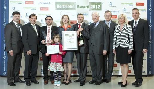 Die Gewinner des »kfz-betrieb«-Vertriebs-Award 2012 vom Autohaus Zentral freuen sich gemeinsam mit ZDK-Präsident Robert Rademacher und den Veranstaltern über die Auszeichnung