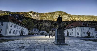 The heliostats have been installed above the town at a distance of around 850 metres and illuminate also the statue of Samuel Eyde, who established Norsk Hydro and who is the conceptual founder of the project