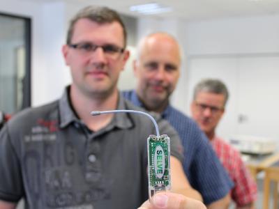 Ein USB-Funkstick für verschiedenste individuelle Anwendungen: Das SELVE-Entwicklungsteam – bestehend aus Andreas Werner (v. li.), Udo Herrmann und Markus Becker – präsentiert das neue commeo USB-RF Gateway, das die Einbindung von SELVE-Funkprodukten in andere Hausautomations-Systeme eröffnet sowie zudem auch abwärtskompatibel einsetzbar ist.