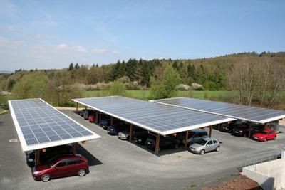Der zweite Solar-Carport auf dem Firmengelände der GÖDE Gruppe in Waldaschaff bietet Platz für 56 PKWs. Foto: GÖDE Gruppe
