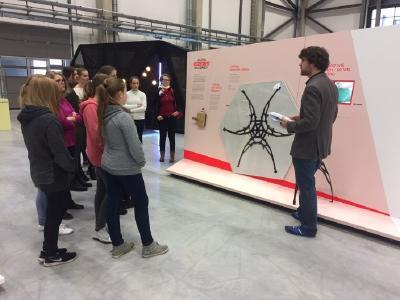 Die Sonderausstellung des Spitzenclusters MAI Carbon begeistert Schülerinnen am Girls-Day im Technologiezentrum Augsburg während der bundesweiten Clusterwoche