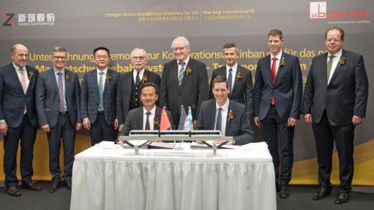 Die Vorstandsvorsitzenden Zhi Ming Huang, Xinzhu und Stefan Bögl, Firmengruppe Max Bögl unterzeichnen den Kooperationsvertrag / Bildnachweis: Firmengruppe Max Bögl