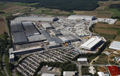 Liebherr-Werk in Ehingen: Von 820.000 m2 sind 184.000 überdachte Fabrikationsfläche. Hier fertigen 2.700 Mitarbeiter jährlich über 1.600 Fahrzeugkrane