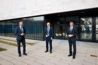 Dr. Karl Lamprecht (rechts), Vorsitzender des Hochschulrats, gratuliert Prof. Dr. Harald Riegel (Mitte) zur Rektorwahl. Der Physiker wird ab 2022 Nachfolger von Prof. Dr. Gerhard Schneider