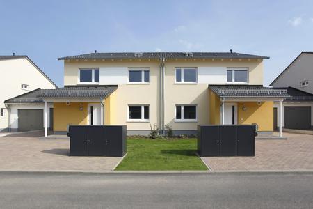 Um einen markanten optischen Kontrast zu integrieren, wurde bei allen Gebäuden zwischen den Fenstern im Obergeschoss ein weißes Putzfeld vorgesehen. Für Abwechslung sorgen außerdem die Garagen, Fenster, Hauseingangstüren, Regenrinnen, Fallrohre, Dächer und Dachuntersichten: Sie wurden in dezent abgestuften Weiß- und Grautönen gestaltet, so dass sie sich von den farbigen Putzflächen abheben, Foto: Caparol Farben Lacke Bautenschutz/Claus Graubner