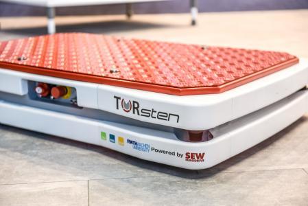 Das ist Hochtechnologie: Das FTS TORsten benötigt keinen Leit-rechner zur Navigation und ist in der Lage, per Schwarmintelligenz Arbeitsaufträge effizient zu erfüllen.