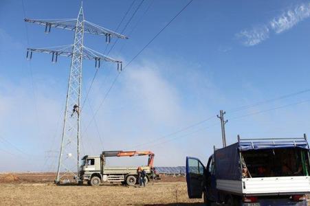 Hochspannung bei der Arbeit: Ein bestehender Tragmast der 110-kV-Leitung wird als Abspannmast mit Quertraverse umgebaut