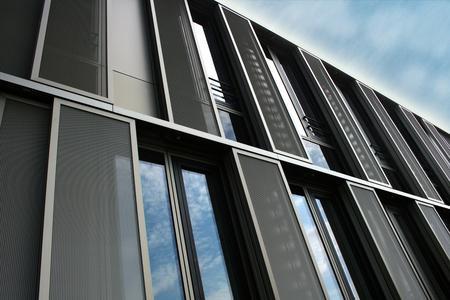 Individuelle Fertigung, bequeme Bedienung – Schiebeläden von Baier sind funktionelle Gestaltungselemente für die Gebäudefassade