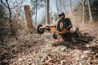 Der Pistenbock-Cross wird von der Pistenbock GmbH aus dem fränkischen Alzenau speziell für die schneefreie Zeit mit Rädern und Scheibenbremsen gefertigt und ist ein Pendant zu den Wintermodellen des innovativen Herstellers von Lenkschlitten