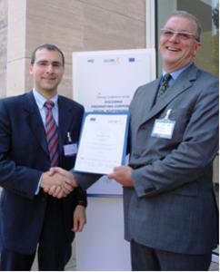 Dr. Thomas Wunsch (li.) nimmt das Siegel in Rom vom CEEP entgegen