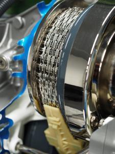 """Die CVT-Kette von Schaeffler ist ein Erfolgsprodukt. Die Technologie feierte 1999 in der sogenannten """"Multitronic"""" im Audi A6 ihre Premiere. Mit 50 Stück pro Tag gestartet, laufen heute in Deutschland am Standort in Bühl über 6.000 Ketten pro Arbeitstag vom Band"""