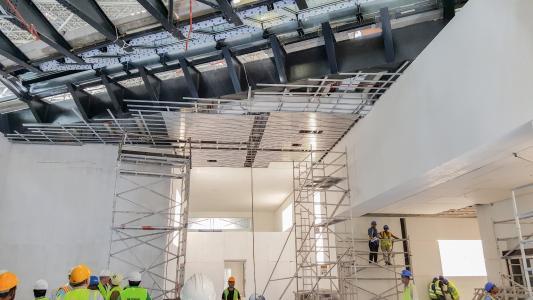 Das internationale Bauteam wurde vor Ort durch die Firma Lahnau Akustik GmbH geschult. (Foto: Lahnau Akustik)