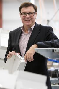 «Con nuestras patentes y nuestra tecnología de fabricación podemos ofrecer la solución al problema del plástico en el segmento de las toallitas húmedas. El mercado solo tiene que aceptarla», dice Wolfgang Tenbusch, administrador de Albaad Deutschland GmbH