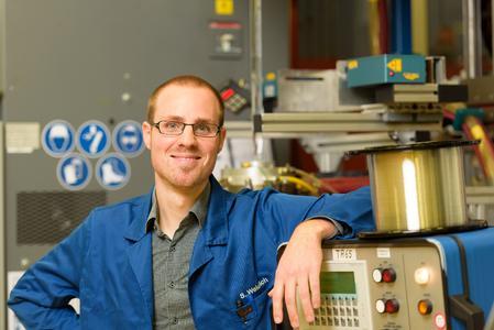 Stefan Weidlich, Physiker im Bereich Forschung & Entwicklung Specialty Fiber Optics bei Heraeus Quarzglas, entwickelte gemeinsam mit einem Heraeus Projektteam und einer IPHT-Forschergruppe die Nanoloch-Faser / Quelle: Heraeus