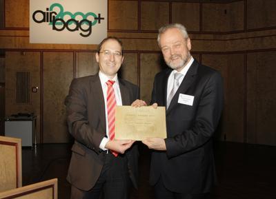 Airbag-Award Preisträger 2012, Dr. Karl-Friedrich Ziegahn (rechts) und Tagungsleiter Jochen Neutz vom Fraunhofer ICT (links)