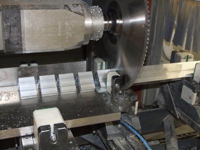 Schnelle Herstellung von Kleinteilen auf dem SBZ 151: Exaktes Sägen durch den Taktspanner – dann nimmt ein Blech die Kleinteile auf, damit sie nicht ins Maschinenbett fallen. Die Kleinteile können auch stirnseitig bearbeitet werden
