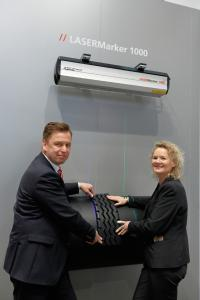 Looking forward to the cooperation: Klaus Hamacher, Head of Automation at BST eltromat, and Caren Lüdemann, Sales Manager for SERVOLASER tireXpert at LAP.